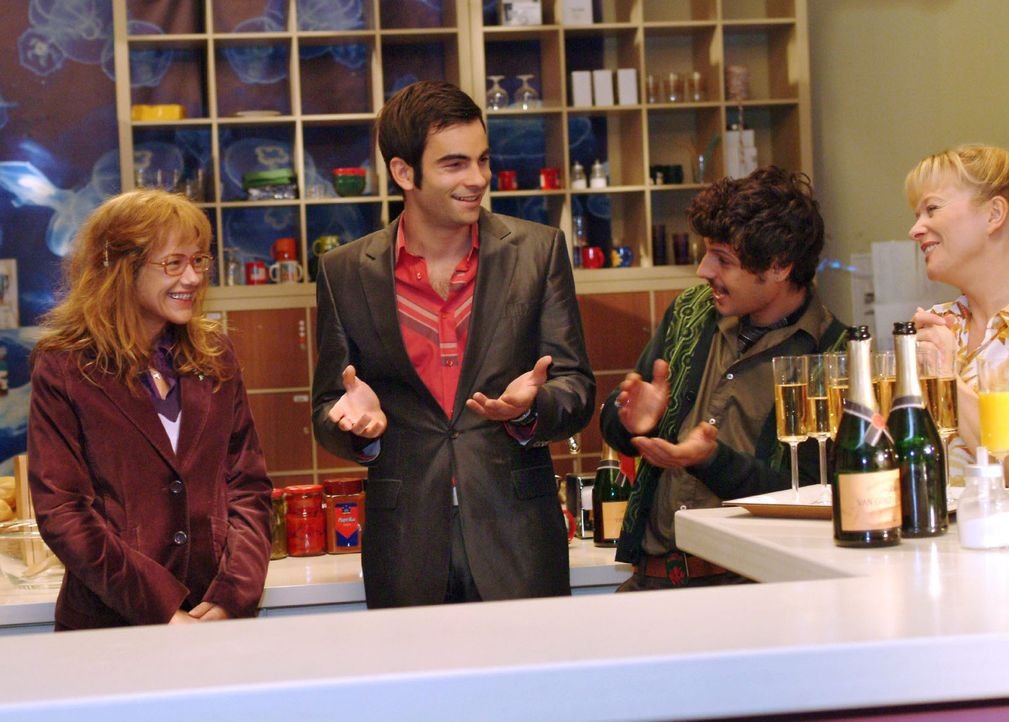 """Lisa (Alexandra Neldel, l.) ist gerührt, als David (Mathis Künzler, M.) Champagner spendiert und daran erinnert, dass sie seit einem Jahr bei """"Ker... - Bildquelle: Monika Schürle Sat.1"""