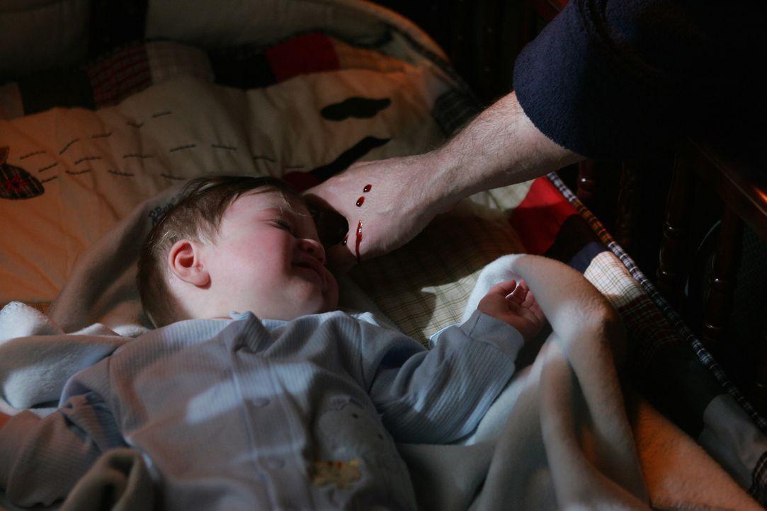 Rückblende: Als John (Jeffrey Dean Morgan, r.) am Bett seines Sohnes steht bemerkt er wie Blut von der Decke tropft - beim Anblick nach oben erlebt... - Bildquelle: Warner Bros. Television