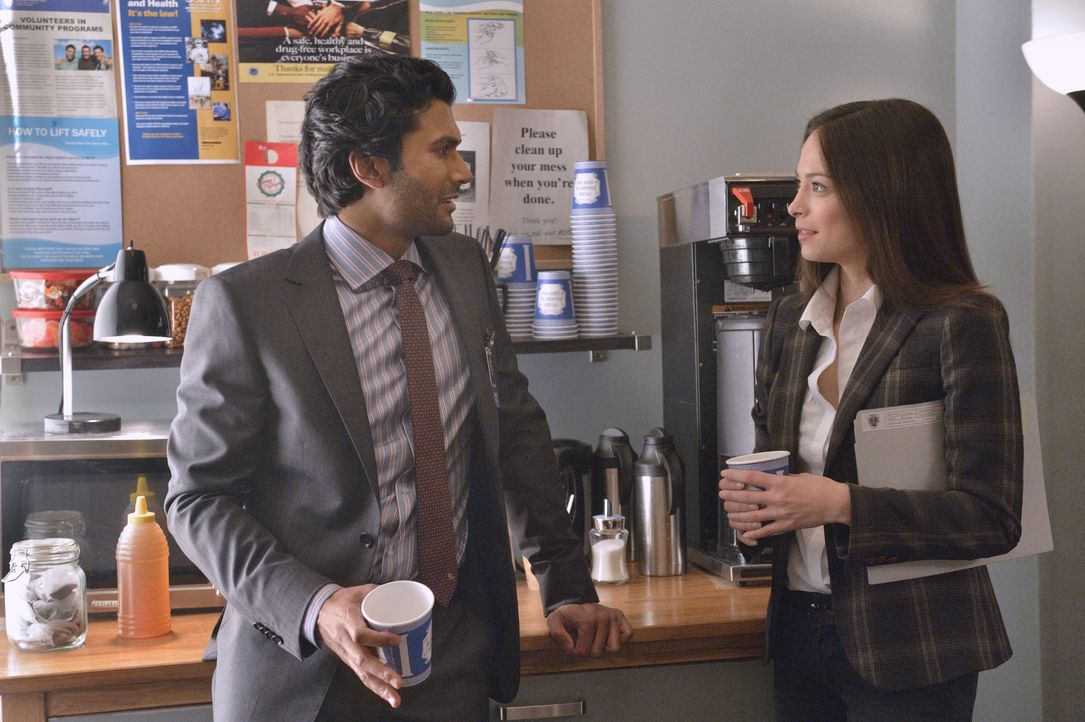 Cat (Kristin Kreuk, r.) traut Gabe Lowan (Sendhil Ramamurthy, l.), dem neuen Mitarbeiter des Bezirksstaatsanwalts, nicht über den Weg. Das Misstraue... - Bildquelle: Ben Mark Holzberg 2013 The CW Network, LLC. All rights reserved.