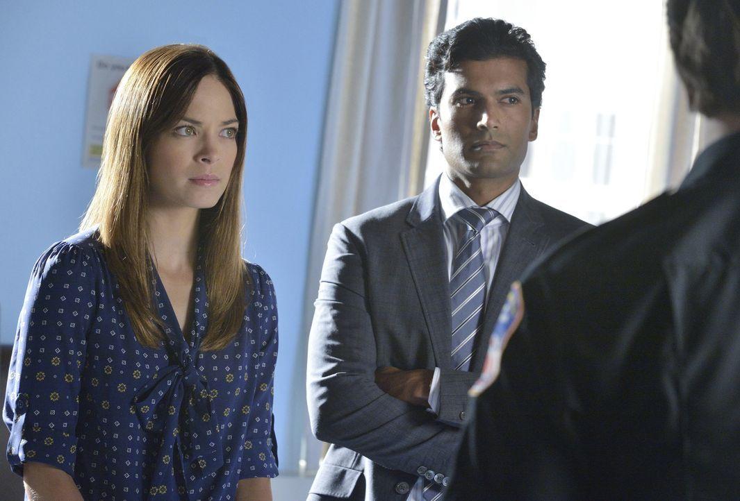 Bitten Vincent um Hilfe, als eine weitere Bestie auftaucht: Cat (Kristin Kreuk, l.) und Gabe (Sendhil Ramamurthy, r.) ... - Bildquelle: 2013 The CW Network, LLC. All rights reserved.