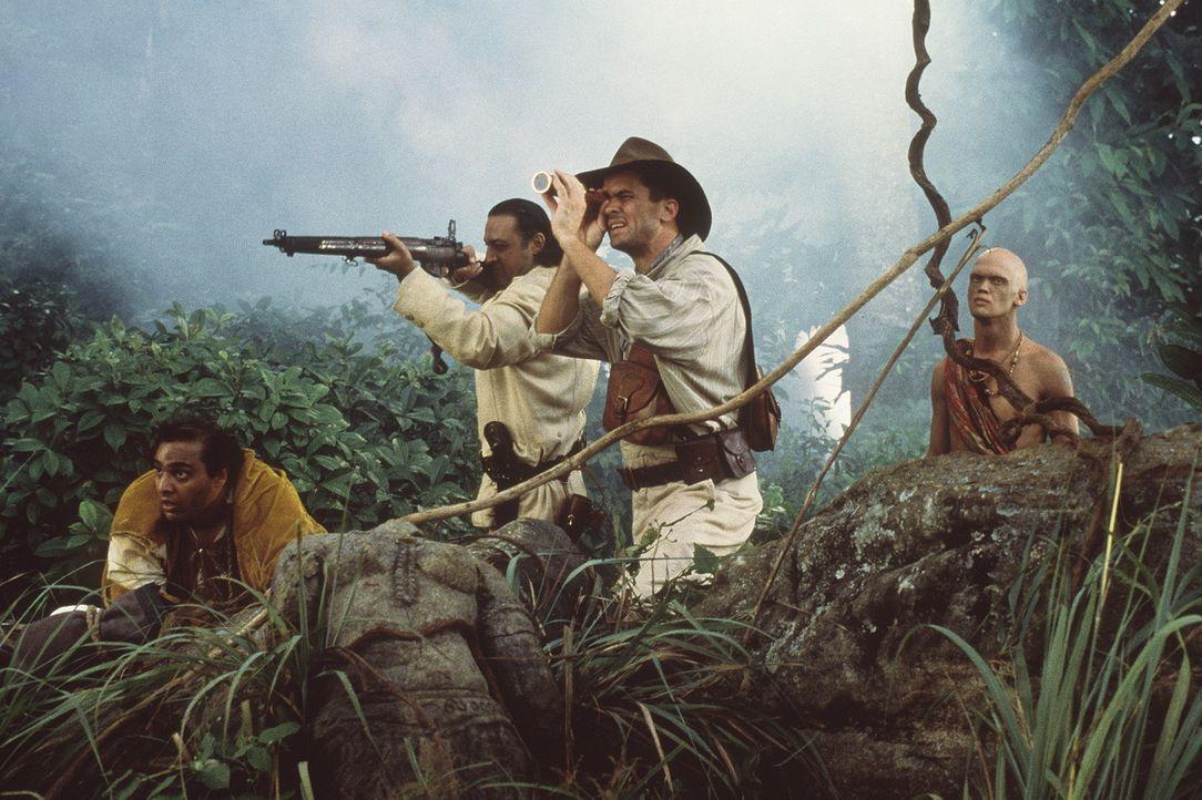 Auf der Jagd: Chuchundra (David Paul Francis), Buldeo (Gulshan Grover), Harrison (Bill Campbell) und Karait (Dyrk Ashton) ... - Bildquelle: MDP WORLDWIDE
