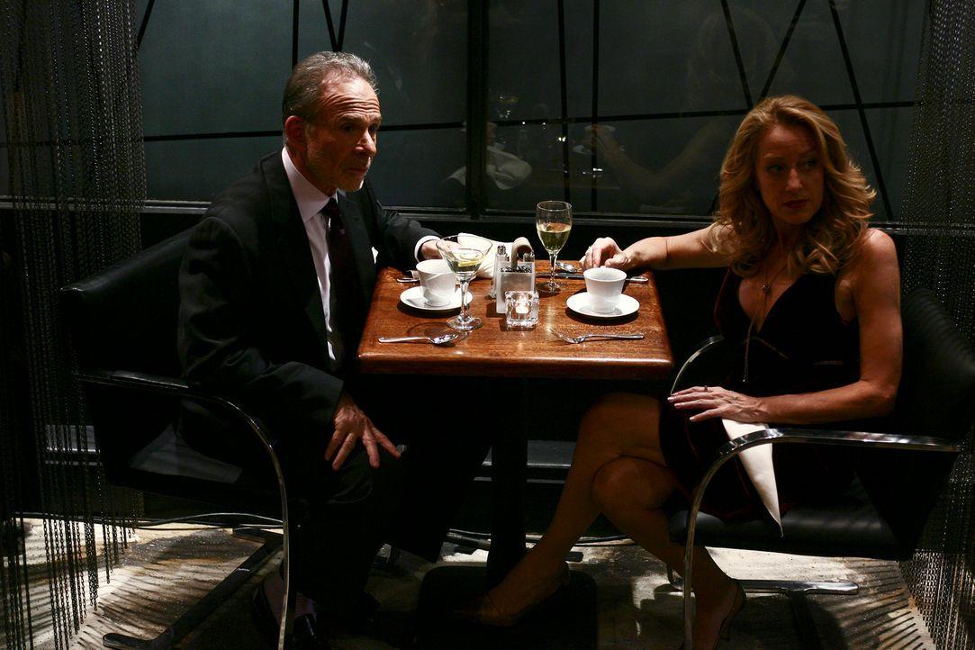 Beobachten Nora bei ihrem Date mit Davis Morton: Saul (Ron Rifkin, l.) und Holly (Patricia Wettig, r.) ... - Bildquelle: Disney - ABC International Television