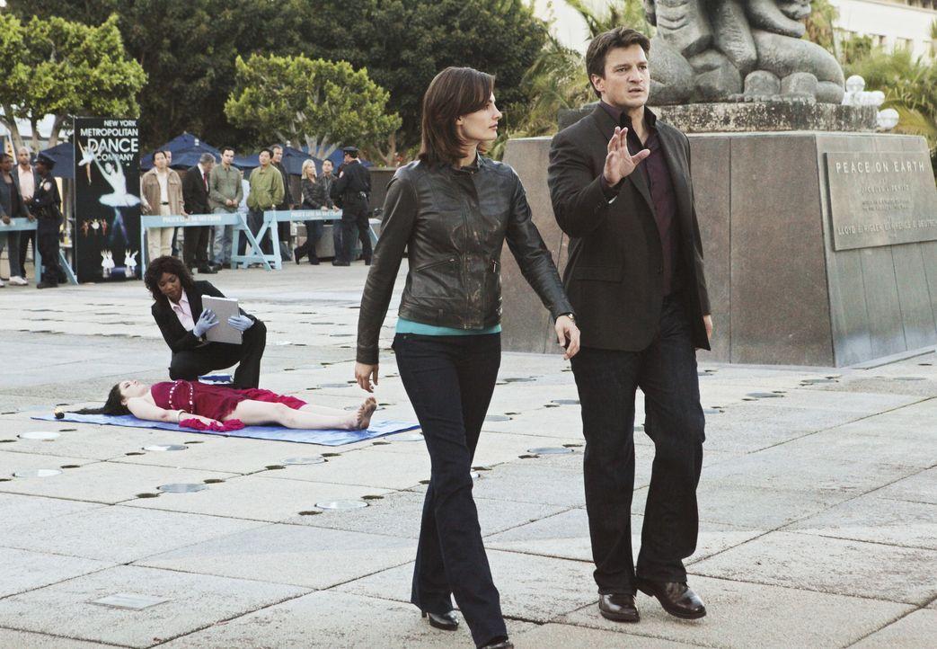 Während Lanie Parish (Tamala Jones, hinten l.) die Leiche untersucht, hat Castle (Nathan Fillion, r.) schon eine Theorie, was passiert sein könnte.... - Bildquelle: ABC Studios