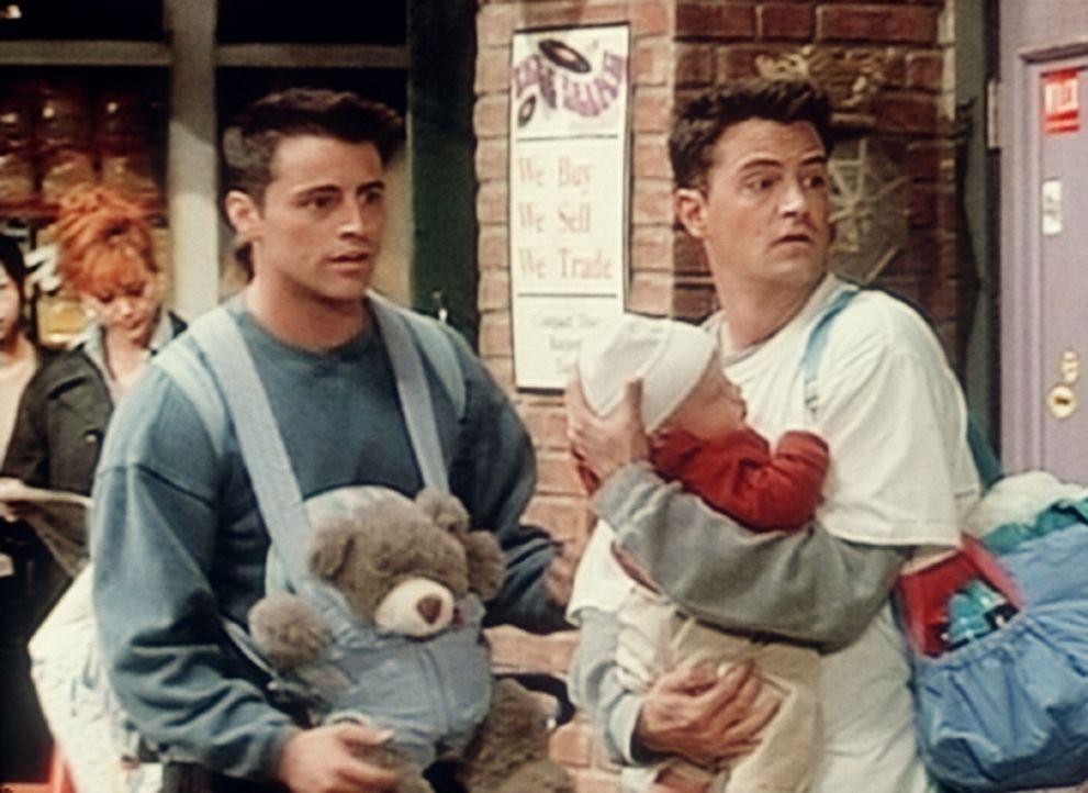 Joey (Matt LeBlanc, l.) und Chandler (Matthew Perry, r.) interessieren sich für zwei Mädchen, die an der Bushaltestellte stehen. Da ist doch das B... - Bildquelle: TM+  2000 WARNER BROS.