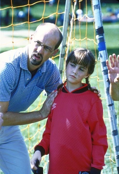 Mark Greene (Anthony Edwards, l.), der stolze Vater, feuert seine Tochter Rachel (Yvonne Zima, r.) beim Fußballspielen an. - Bildquelle: TM+  2000 WARNER BROS.