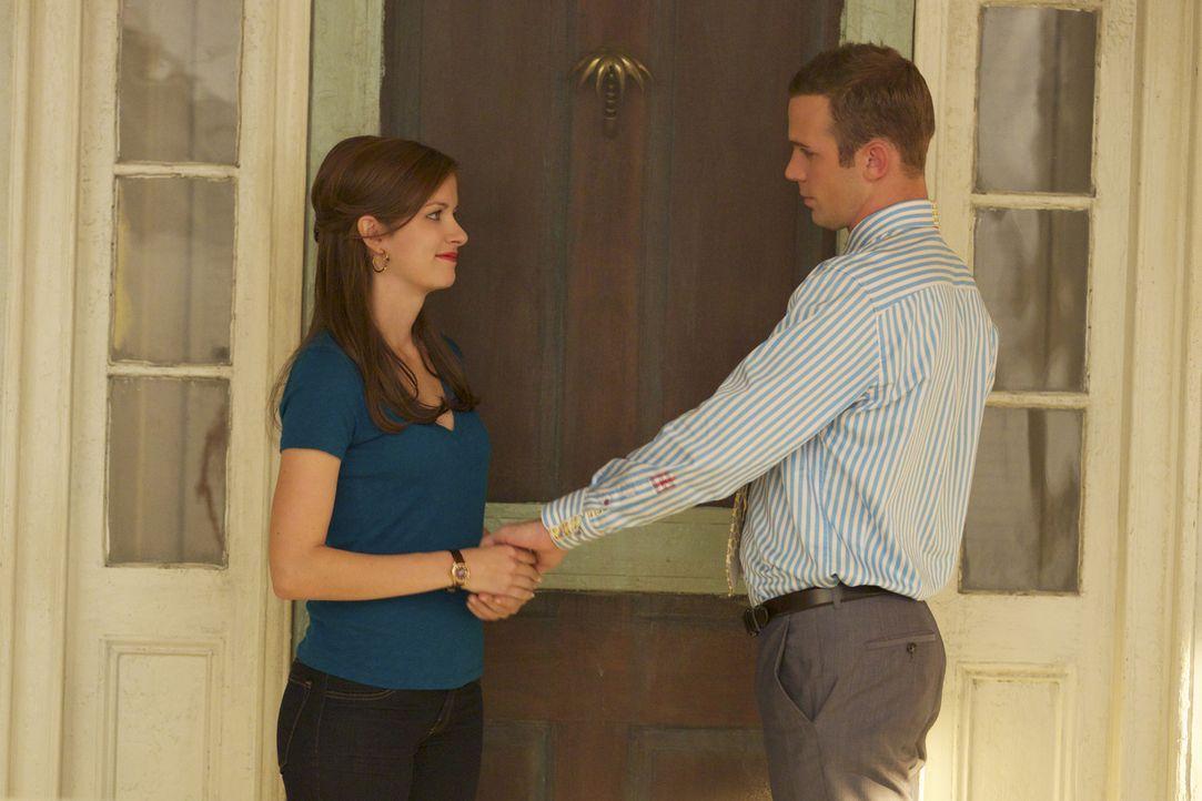 Nachdem Preston angeschossen wurde, will Roy (Cam Gigandet, r.) Jamie (Anna Wood, l.) zur Seite stehen, doch die Beziehung zwischen den beiden könnt... - Bildquelle: 2013 CBS BROADCASTING INC. ALL RIGHTS RESERVED.