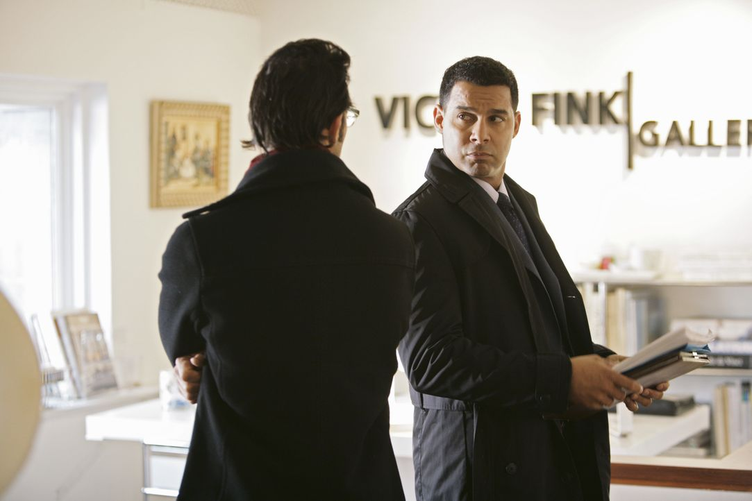 Javier Esposito (Jon Huertas, r.) fühlt dem Assistenten der Galerie Darius Langley (John Paul Pitoc, l.) auf den Zahn ... - Bildquelle: ABC Studios