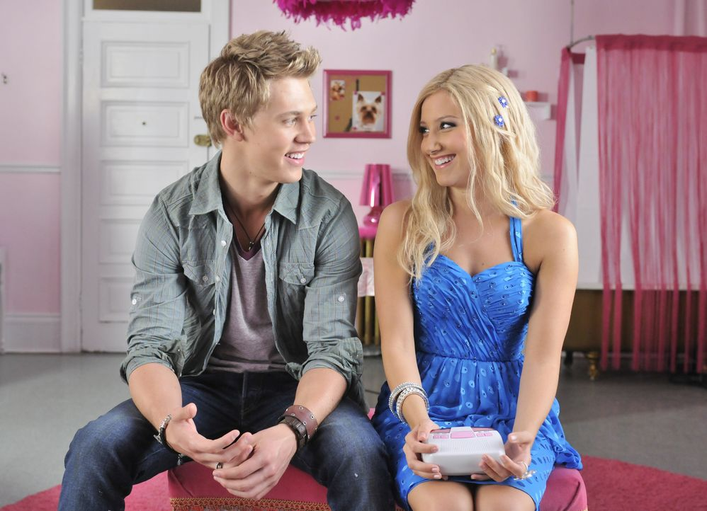 Allein in New York stößt Sharpay (Ashley Tisdale, r.) schon bald auf Peyton (Austin Butler, l.), einen angehenden Kameramann, der die Blondine fast... - Bildquelle: 2010 Disney Enterprises, Inc. All rights reserved.