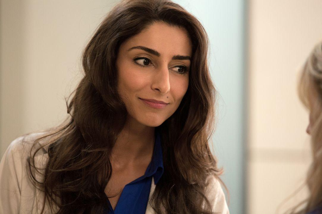 Wer es sich einmal mit Dr. Gina Bandari (Necar Zadegan) verscherzt hat, bekommt nicht so schnell eine zweite Chance. Das muss auch Emily Owens am ei... - Bildquelle: 2012 The CW Network, LLC. All rights reserved.
