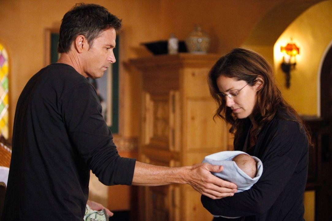 Violet (Amy Brenneman, r.) ist schwer traumatisiert und kann sich ihrem Baby gefühlsmäßig nicht annähern. Pete (Tim Daly, l.), der bei ihr wohnt, lä... - Bildquelle: ABC Studios