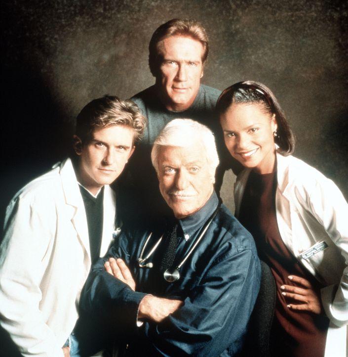 Dr. Mark Sloan (Dick Van Dyke, M.), Berater der örtlichen Polizei bei medizinischen Fragen, inmitten seines bewährten Teams: Assistenzarzt Jesse (... - Bildquelle: Viacom