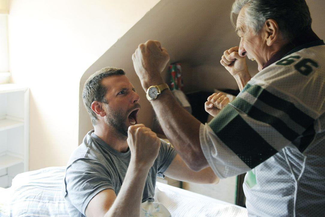 Als Pat Sr. (Robert De Niro, r.) seinen Sohn (Bradley Cooper, l.) als Glücksbringer der Eagles ins Stadion schickt, nachdem er viel Geld auf den Sie... - Bildquelle: 2012 The Weinstein Company.