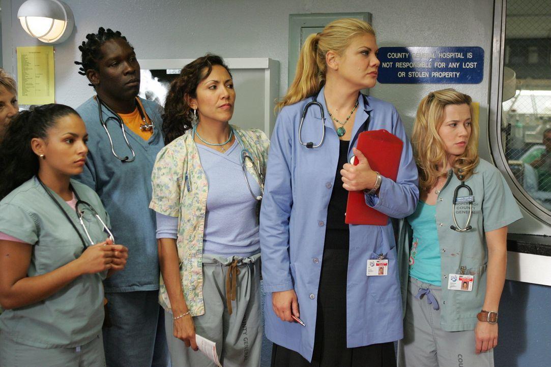 Die Notaufnahme hat eine neue Oberschwester: Eve Peyton (Kristen Johnston, 2.v.r.) schaut ihren Schützlingen Malik (Deezer D., l.), Inez (April Lee... - Bildquelle: Warner Bros. Television