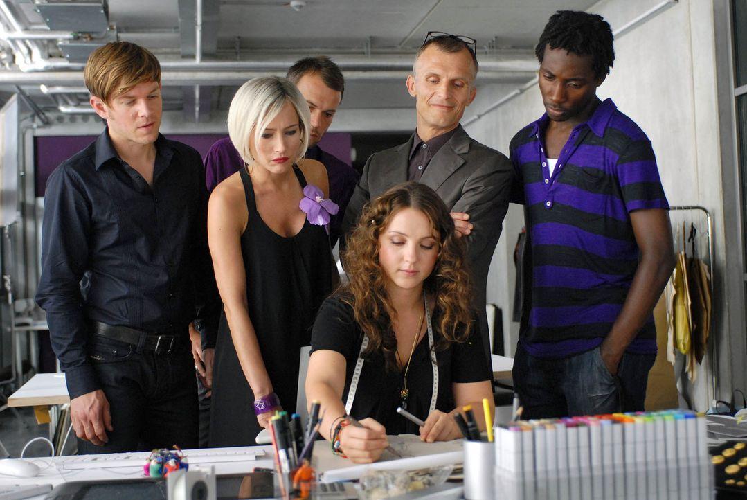 Als dem Unternehmen die Auftragsgeber ausbleiben, erhält Bella (Viktoria Gabrysch, Mitte) die einmalige Chance, eine Kollektion zu entwerfen. Doch w... - Bildquelle: Reiner Bajo ProSieben