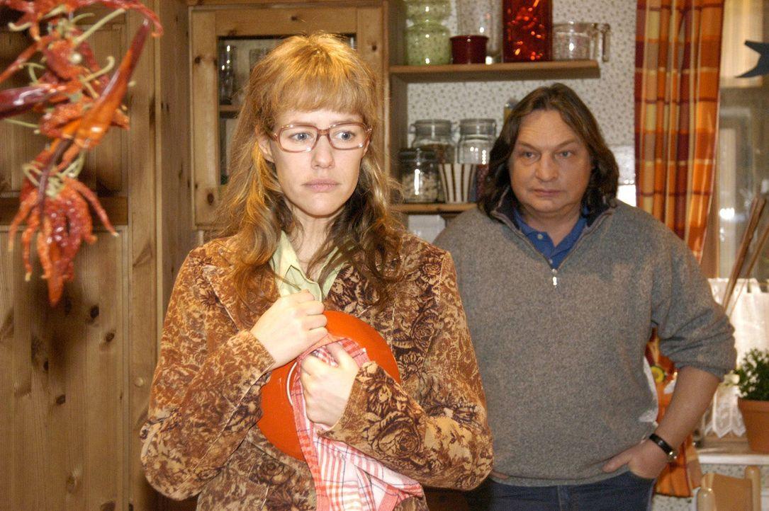 """Lisa (Alexandra Neldel, l.) erzählt ihrem Vater Bernd (Volker Herold, r.) endlich die Wahrheit über ihren angeblichen Assistentinnen-Job bei """"Keri... - Bildquelle: Sat.1"""