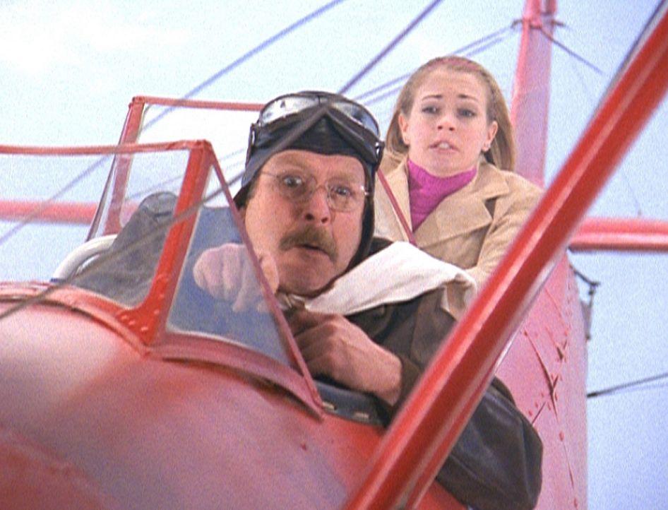 Mr. Kraft (Martin Mull, l.) erfüllt sich einen Kindheitstraum und fliegt mit Sabrina (Melissa Joan Hart, r.) in einer selbst gebauten Maschine die... - Bildquelle: Paramount Pictures