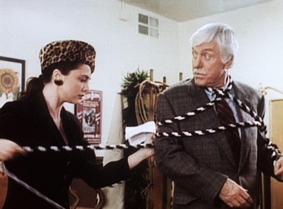 Dr. Sloan (Dick Van Dyke, r.) wird von der Zauberkünstlerin Cleo (Emma Samms, l.) gefesselt. - Bildquelle: Viacom