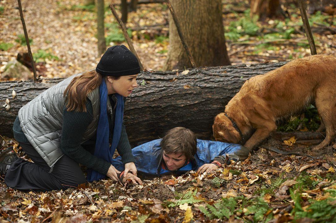 Eigentlich wollte Alex (Erica Durance, l.) nur ein wenig Ruhe im Wald finden, doch dann trifft sie auf den eingeklemmten Sam (Dylan Authors, r.). Ka... - Bildquelle: Ken Woroner 2014 Hope Zee Three Inc.