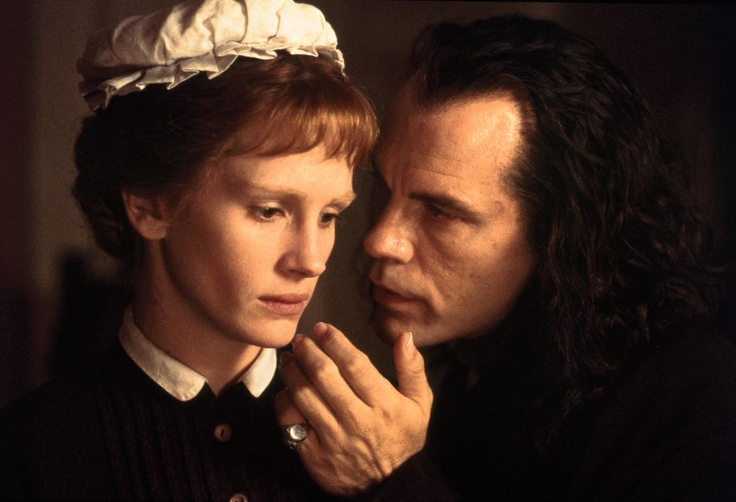 Während Dr. Jekyll zusehends an Kraft verliert, macht der schamlose Mr. Hyde (John Malkovich, r.) Mary (Julia Roberts, l.) eindeutige Avancen, von d... - Bildquelle: 1996 TriStar Pictures, Inc. All Rights Reserved.