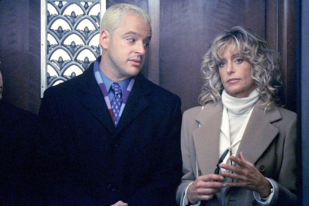 Mit einer chauvinistischen Äußerung sorgt Billy (Gil Bellows, l.) bei seiner Klientin Robin Jones (Farrah Fawcett, r.) für einigen Unmut, doch der b... - Bildquelle: 1999 Twentieth Century Fox Film Corporation. All rights reserved.