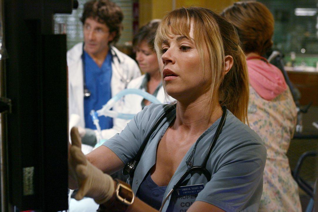 Sam (Linda Cardellini) ist bei der Behandlung von Neela behilflich ... - Bildquelle: Warner Bros. Television