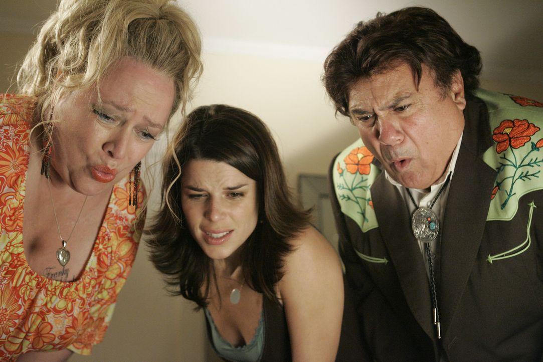 Agnes (Kathy Bates, l.) und Frank (Danny DeVito, r.) vergraulen Richards Adoptiveltern, zerstören seine Karriere und verhindern beinahe auch die Ho... - Bildquelle: Nu Image Films