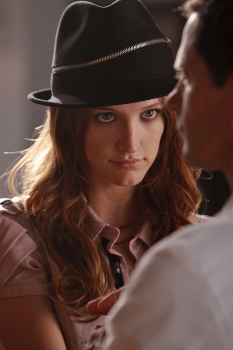 Violet (Ashlee Simpson, l.) will sich an Michael (Thomas Calabro, r.) rächen... - Bildquelle: 2009 The CW Network, LLC. All rights reserved.
