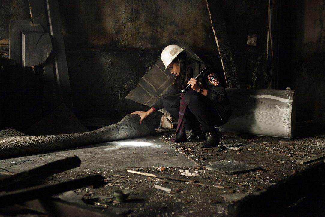 Lt. Delia Burton (Wendy Davis) vom Feuerdezernat findet heraus, dass das Gebäude von einem Pyromanen angezündet wurde ... - Bildquelle: 2013 American Broadcasting Companies, Inc. All rights reserved.