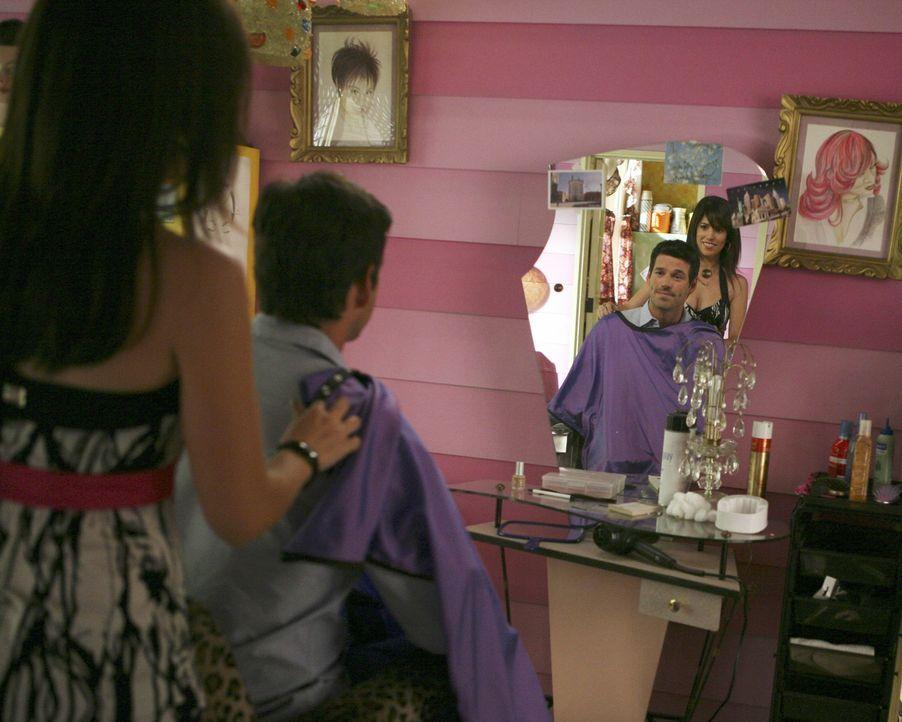 Als Hilda (Ana Ortiz, l.) einen neuen Kunden (Eddie Cibrian, r.) empfängt, ahnt sie nicht, dass dieser ein Lehrer ihres Sohnes ist ... - Bildquelle: Buena Vista International Television