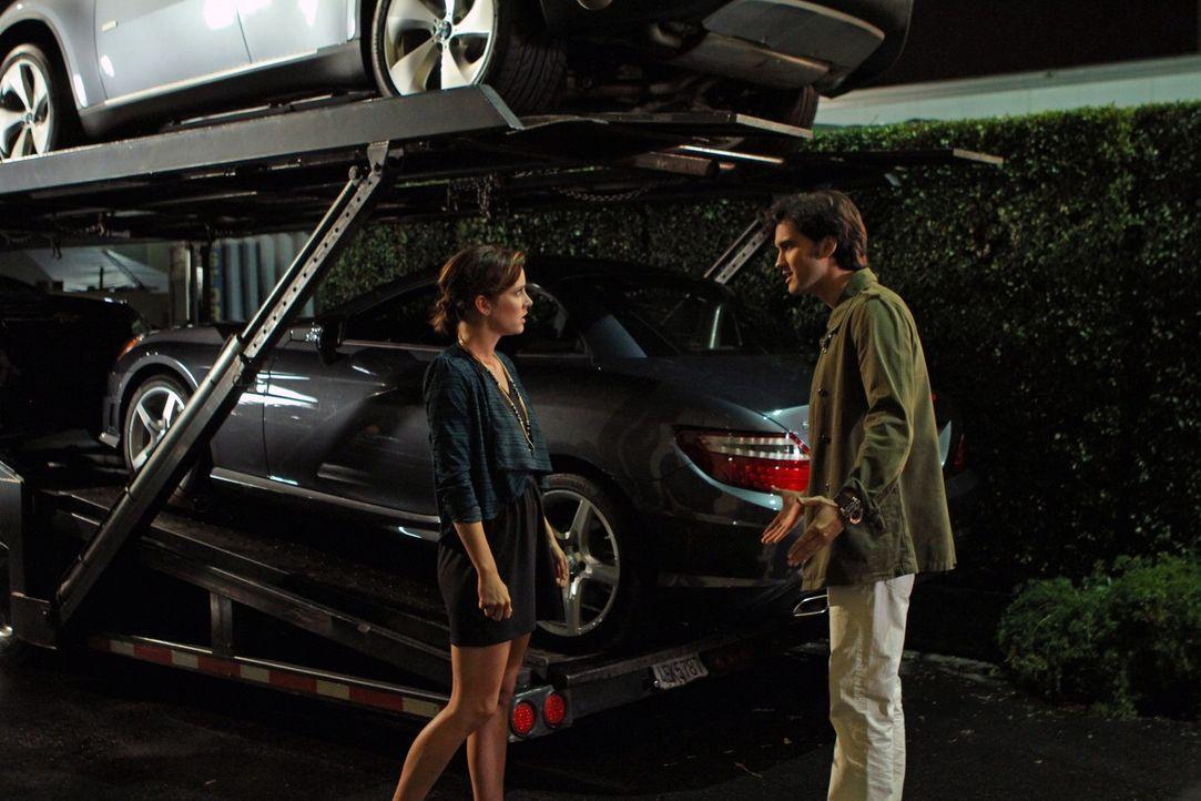 Erin Silver (Jessica Stroup, l.) stellt Navid (Michael Steger, r.), der sie offensichtlich mehrmals belogen hat, zur Rede ... - Bildquelle: 2011 The CW Network. All Rights Reserved.
