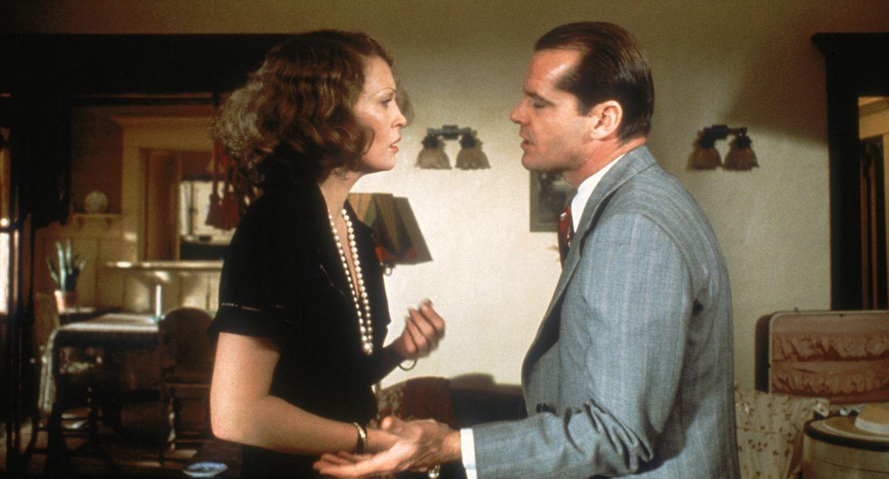 Evelyn Cross Mulwray (Faye Dunaway, r.) engagiert den Privatdetektiv J.J. Gittes (Jack Nicholson, l.), ihren Mann zu überwachen ... - Bildquelle: Paramount Pictures