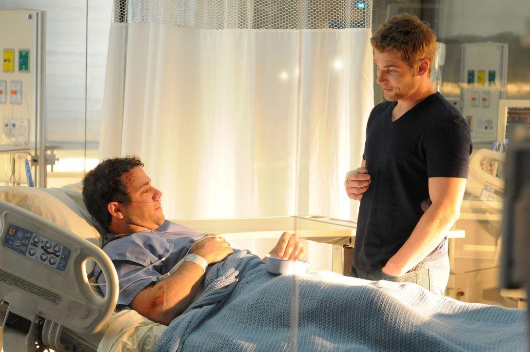 Riskanter Einsatz: Dr. DeLeo (Mike Vogel, r.) konnte Patient Joe (Joshua Biton, l.) aus der Höhle retten, doch wird er sein Versprechen, Joe eines... - Bildquelle: Warner Brothers