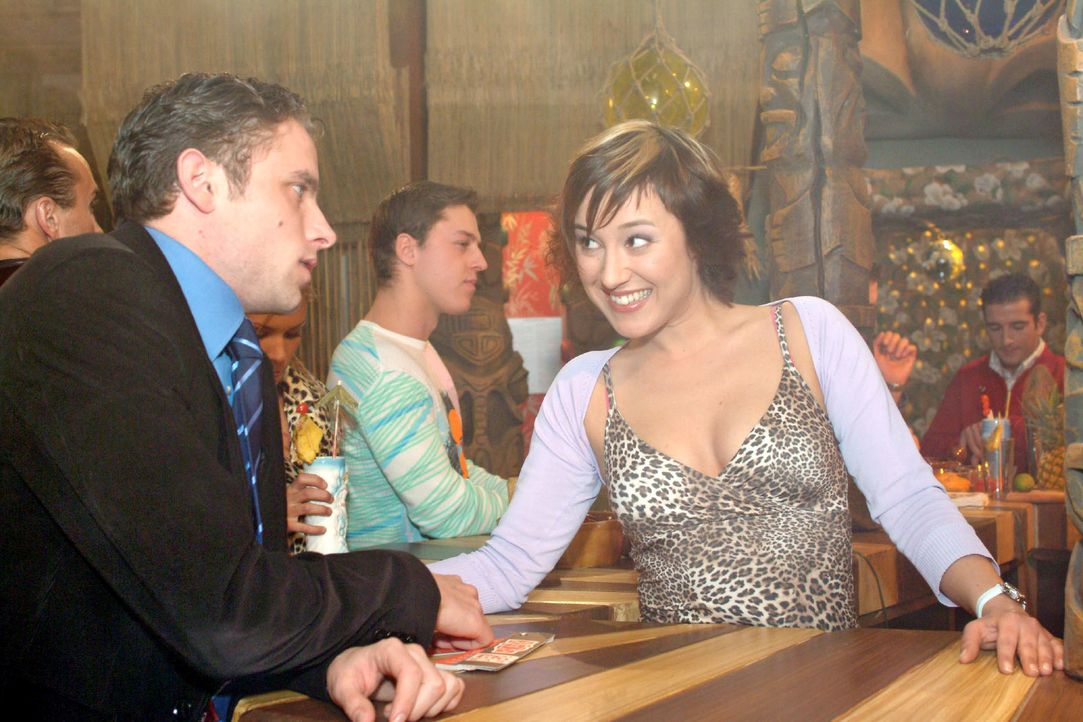 Max (Alexander Sternberg, l.) kann es nicht fassen: Yvonne (Bärbel Schleker, r.) ist ihm bis in die Bar gefolgt. - Bildquelle: Monika Schürle SAT.1 / Monika Schürle