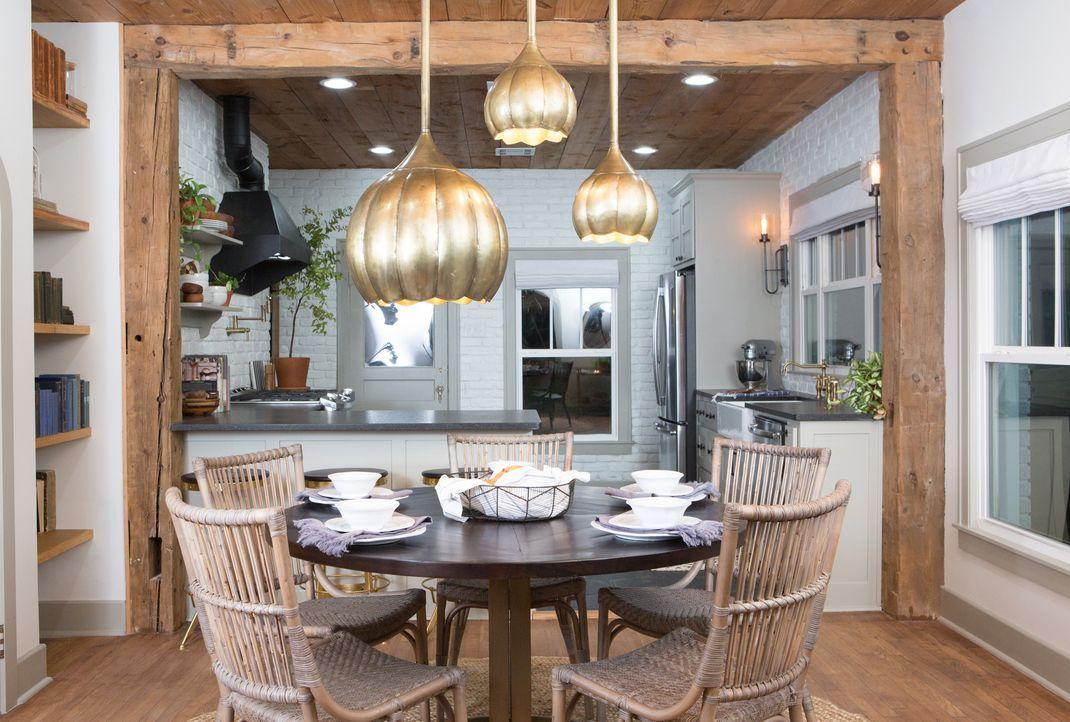 Nach der Renovierung ist das Innenleben des Hauses kaum wiederzuerkennen. Besonders die offene Küche wurde stark verändert ... - Bildquelle: Jennifer Boomer 2017, HGTV/Scripps Networks, LLC. All Rights Reserved.