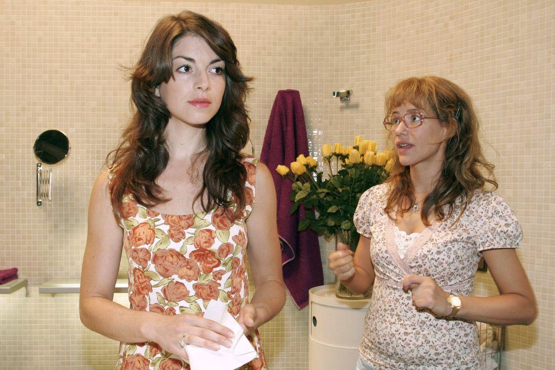 Lisa (Alexandra Neldel, r.) gibt sich alle Mühe, der verärgerten Mariella (Bianca Hein, l.) zu erklären, dass auf der Insel nichts vorgefallen ist.... - Bildquelle: Noreen Flynn SAT.1 / Noreen Flynn
