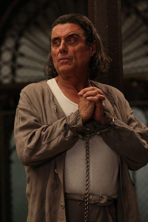 Der grausame Serienkiller Leigh Emerson (Ian McShane) sorgt für Angst und Schrecken zur Weihnachtszeit in Briarcliff ...