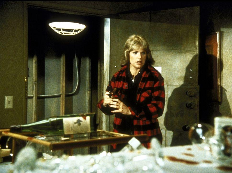 Cagney (Sharon Gless) ist entsetzt: Ihre Wohnung ist verwüstet. - Bildquelle: ORION PICTURES CORPORATION. ALL RIGHTS RESERVED.