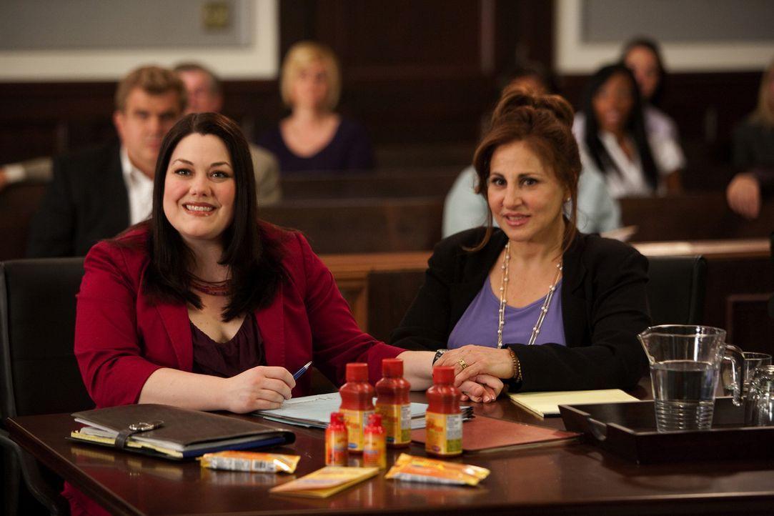 Jane (Brooke Elliott, l.) vertritt Claire Porter (Kathy Najimy, r.), deren Tochter ernsthaft erkrankt ist, da sie sich an den strikten Diätplan der... - Bildquelle: 2009 Sony Pictures Television Inc. All Rights Reserved.