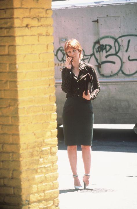 Am Telefon bespricht Miranda (Cynthia Nixon) mit Carrie die sinnvollste Vorgehensweise, um dem als Baguette verkleideten Werbemann endlich den Mund... - Bildquelle: Paramount Pictures