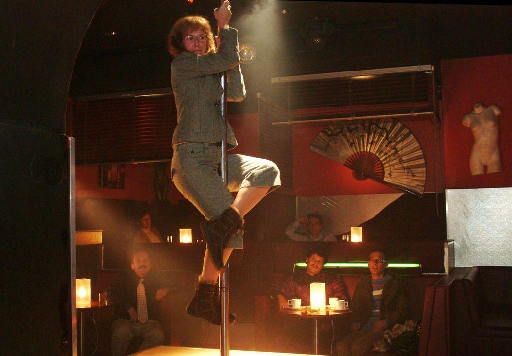 Von Rokko provoziert, begibt sich Lisa (Alexandra Neldel) auf die Tanzbühne an die Stange ... (Dieses Foto von Alexandra Neldel darf nur in Zusamme... - Bildquelle: Monika Schürle Sat.1