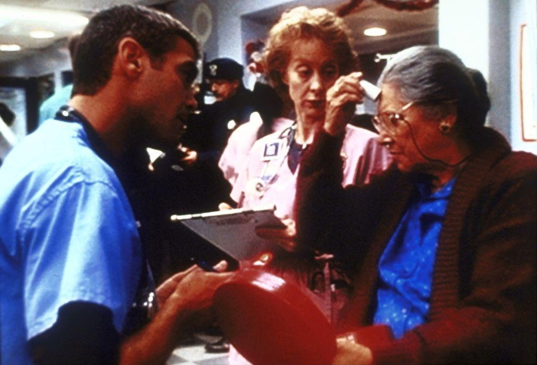 Wegen einer momentanen Überbelastung der Notaufnahme, muss Dr. Douglas Ross (George Clooney, l.) auf der Erwachsenenstation aushelfen. Glücklicherwe... - Bildquelle: TM+  2000 WARNER BROS.