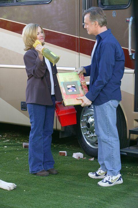 Nachdem Eric (Stephen Collins, r.) von seinem Vater ein riesiges Wohnmobil geschenkt bekommen hat, beschließen er und seine Frau (Catherine Hicks,... - Bildquelle: The WB Television Network