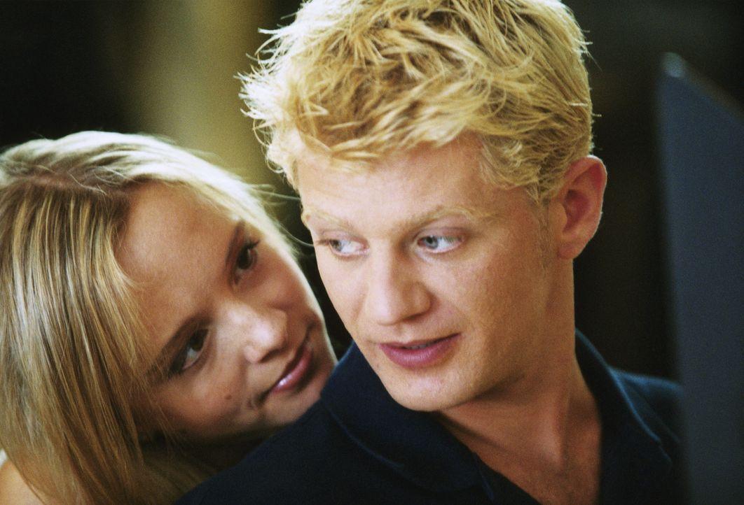 Kaum hat Lukas (Andreas Guenther, r.) die exklusive Evelyn (Johanna Klante, l.) kennen gelernt, verliebt er sich in sie. Doch dies muss er teuer bez... - Bildquelle: ProSieben