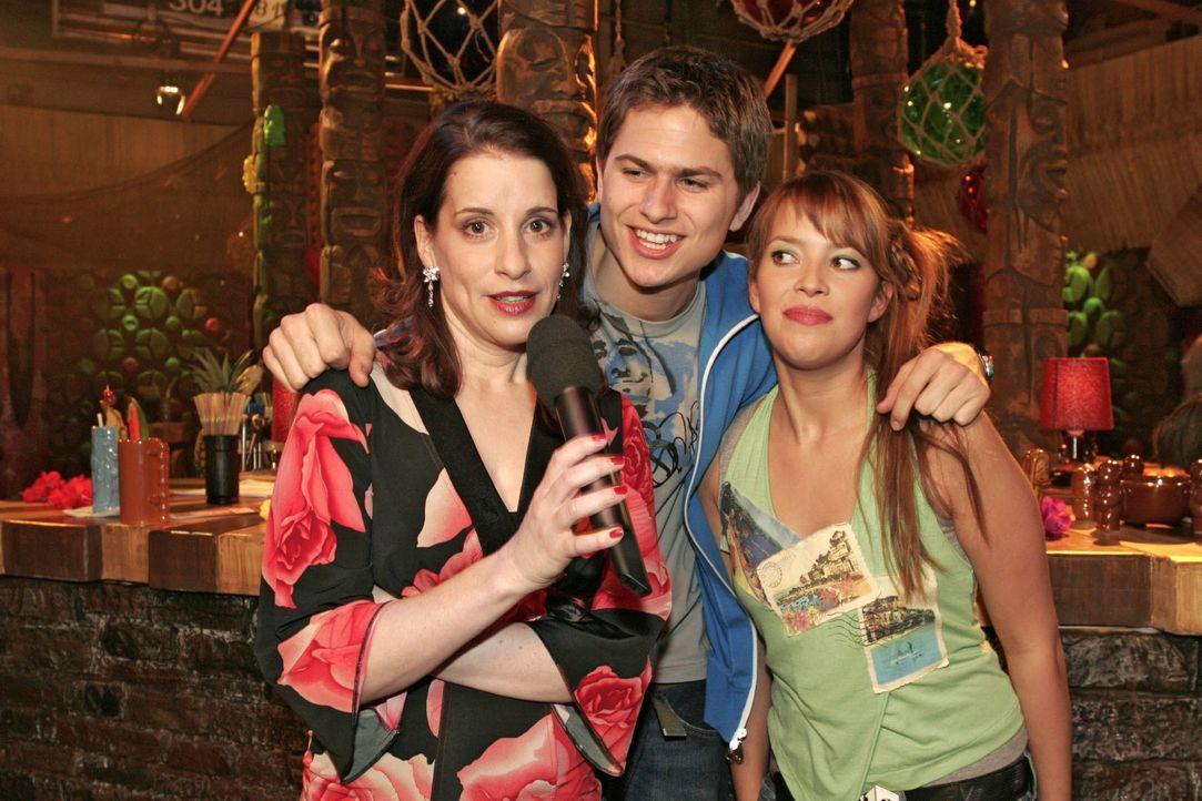 Karaoke-Fieber in der Tiki-Bar: Auch Inka (Stefanie Höner, l.) hat - unterstützt von Timo (Matthias Dietrich, M.) und Hannah (Laura Osswald, r.) - d... - Bildquelle: Noreen Flynn SAT.1 / Noreen Flynn
