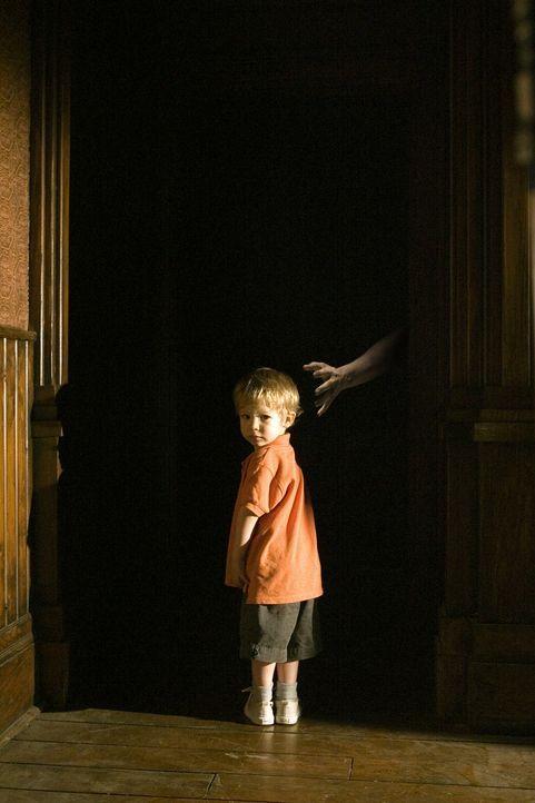 Kaum in das alte Farmhaus eingezogen, da machen sich schon Geister an den kleinen Ben (Evan / Theodore Turner) heran. Doch unglücklicherweise ist d... - Bildquelle: 2005 GHP-3 SCARECROW, LLC.
