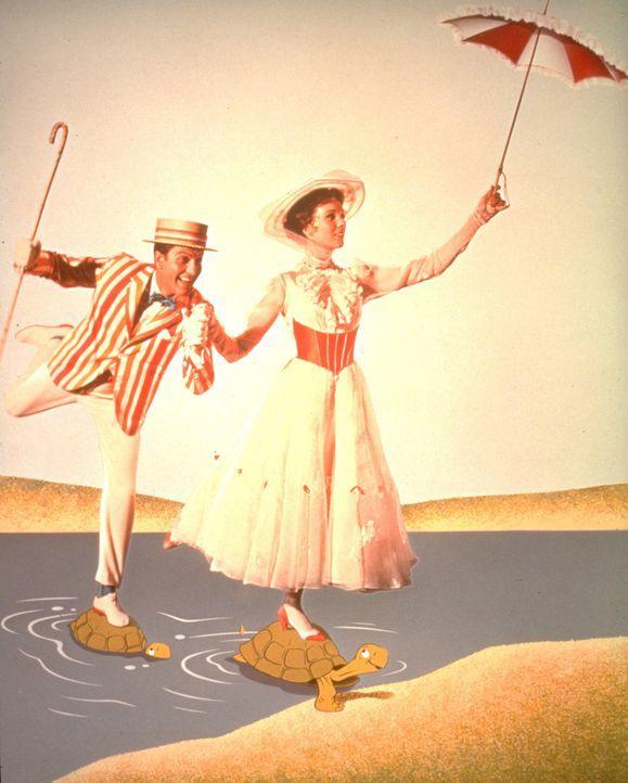Entführen die Banks-Kinder in eine ganz besondere Welt: Kindermädchen Mary Poppins (Julie Andrews, r.) und Lebenskünstler Bert (Dick van Dyke, l.) .... - Bildquelle: Walt Disney Company. All Rights Reserved.