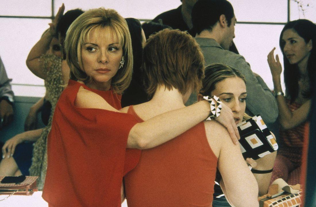 Die Nächste der vier Ladys, Miranda (Cynthia Nixon, M.), ist jetzt dran, die unechten Brustwarzen zu tragen, um die Reaktion der Männer zu testen.... - Bildquelle: Paramount Pictures