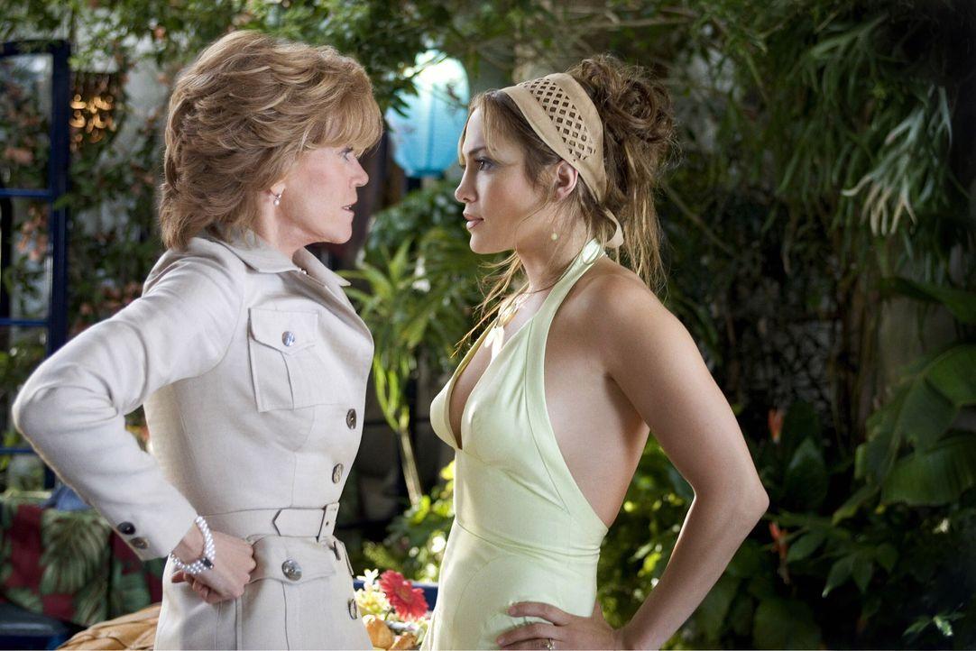 Beim ersten gemeinsamen Treffen mit Mutter (Jane Fonda, l.) und Freundin (Jennifer Lopez, r.) macht Kevin seiner Charlie vor den Augen seiner Mutter... - Bildquelle: Warner Bros. Pictures