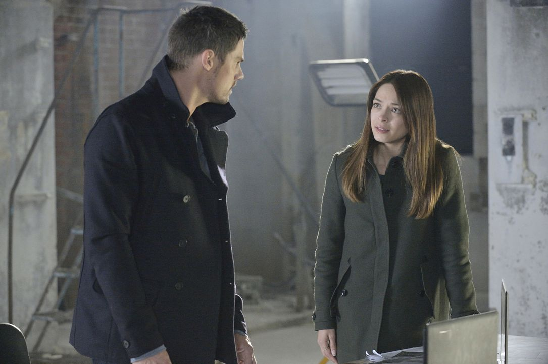 Lassen sich auf ein gefährliches Katz-und-Maus-Spiel mit Gabe ein: Vincent (Jay Ryan, l.) und Catherine (Kristin Kreuk, r.) ... - Bildquelle: 2013 The CW Network, LLC. All rights reserved.