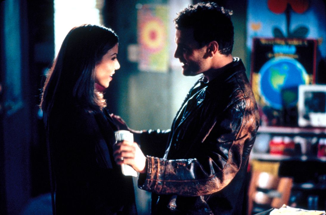 Im Jugendcenter lernt Lydia (Heather Paige Kent, l.), den attraktiven J.T. Gold (David Cubitt, r.) kennen ... - Bildquelle: CBS Television